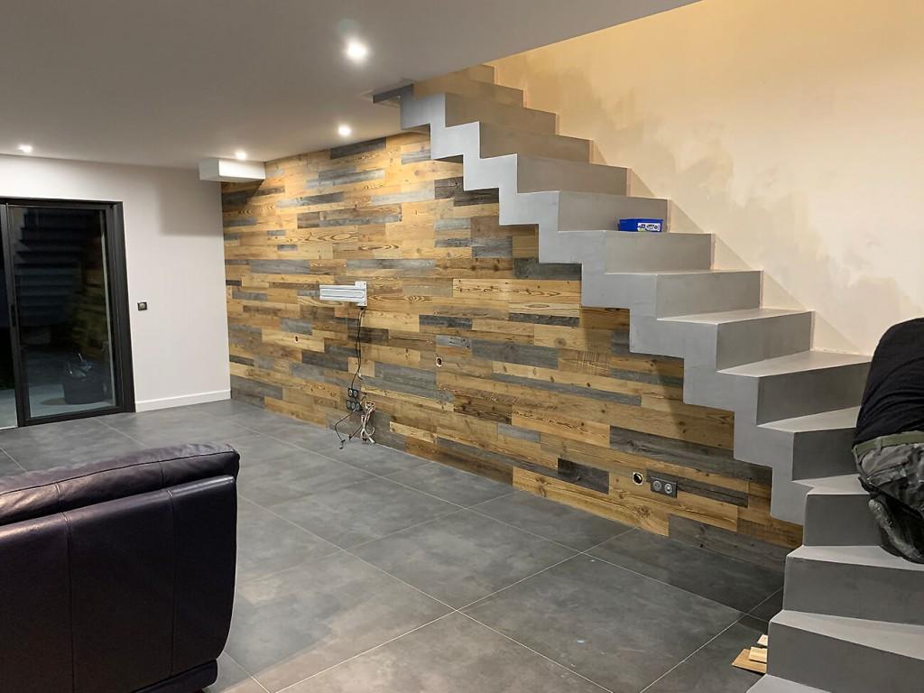Décoration sous escalier : un mur en lames de vieux bois - byB7